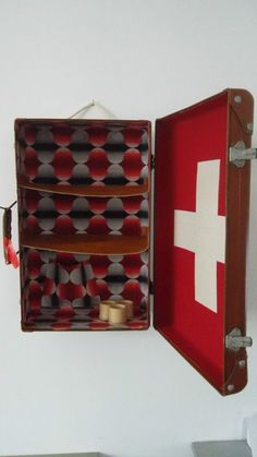 Ancienne valise vintage détourné porte premiers soins armoire à pharmacie murale