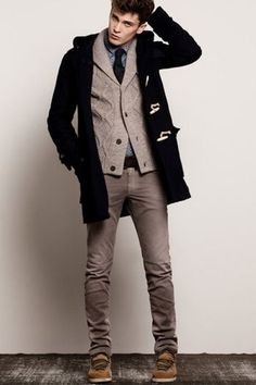 シャツやネクタイとともにニットカーデと合わせての休日のちょっぴりきちんとスタイル。トップスとボトムスを同系色にしてスマートに。
