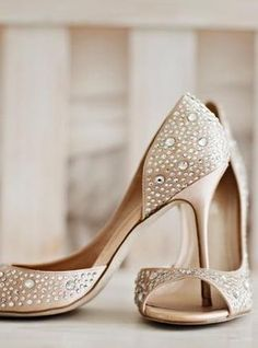 Love, love, love these champagne heels! They're so chic and elegant with just a touch of glam. {Courtney Bowlden Photography}