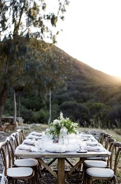 White and gold wedding inspiration Outdoor Table Settings, Outdoor Dining, Outdoor Tables, Reception Decorations, Table Decorations, Centerpieces, Relaxed Wedding, Rustic White, California Wedding