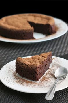 4-Ingredient Chocolate Mousse Cake | #glutenfree