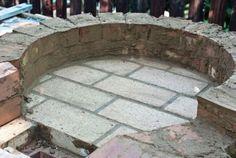 four à pizza construite étape par étape blocs en béton et briques