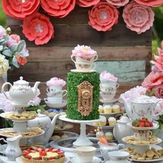 Oh MY!  LOVING this Alice In Wonderland themed party set up…