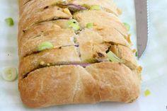 Vandaag een lekker zomers receptje: snackbrood. Lekker voor bij de barbecue maar ook als je 's avonds wat lekkers wilt serveren (als je gasten hebt). Recept voor 4 personen Tijd: 20 min. Benodigdheden: 1 grote ciabatta 100 gram pesto halve rode ui geraspte kaas/mozzarella Bereidingswijze: Verwarm je oven voor op 220 graden. Snijd de ciabatta...Lees Meer »