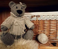Bětuška je háčkovaná medvědička, která miluje procházky voňavým jarním ránem..Na své toulky obléká teplý svetřík, aby ji ještě neofouklo..Je i velmi šikovná a nápaditá, protože sbírá různé zajímavé...
