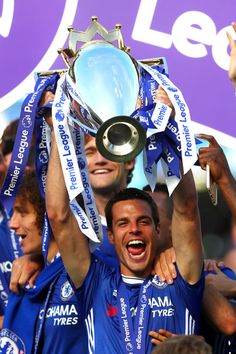 Cesar Azpilicueta Photos Photos - Cesar Azpilicueta of Chelsea lifts the Premier Leauge Trophy after the Premier League match between Chelsea and Sunderland at Stamford Bridge on May 2017 in London, England. - Chelsea v Sunderland - Premier League Chelsea Football Team, Chelsea Wallpapers, Stamford Bridge, English Premier League, Premier League Matches, Pictures Of The Week, European Football, Sunderland, Sports Pictures