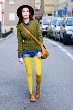 Colored Tights Outfit, Yellow Tights, Stockings Outfit, Pantyhose Outfits, Glamour, Fashion Tights, Shorts With Tights, Guys And Girls, Bunt