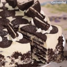 This No Bake Oreo Cheesecake is made with just a few ingredients! It's so silky smooth and loaded with chunks of Oreos. The no bake dessert for summer! Oreo Cake Recipes, Baking Recipes, Dessert Recipes, Oreo Dessert, Dessert Chocolate, Chocolate Cream, Chocolate Ganache, Chocolate Cookies, Easy Desserts
