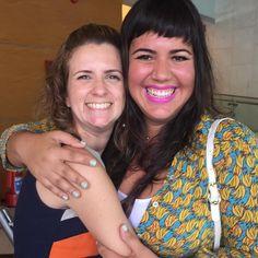 Adorei encontrar este sorriso colorido da @raizacostaofficial #canalgnt #santaajudanognt #colegadetrabalho #rainhadacocadagnt
