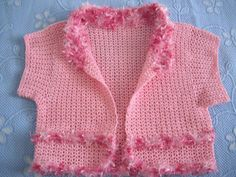 Bolero rosa, em crochê e detalhes em fio peluciado.