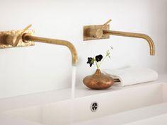 """Das Badezimmer ziert die Armatur «Vola» von Arne Jacobsen in Messing (<A HREF=""""http://www.vola.com"""" TARGET=""""_blank"""">Vola</A>). Die Vase ist ein Trödlerfund aus Antwerpen."""