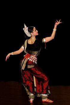Sitara Thobani by Brendan Lally Folk Dance, Dance Art, Dance Ballet, Orient Dance, Indian Classical Dance, Dance Poses, Dance Photography, Indian Photography, Dance Fashion