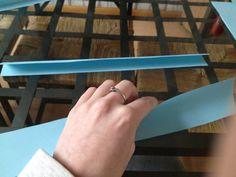 Het maken van een kubus van papier STAP 2: Vouw de stroken door de helft