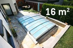 Pool mit Überdachung in kleinem Garten