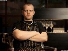 David Muñoz Su imagen punk es, en cierto modo, un anticipo de su cocina: radical, descarada, inconformista, verdadera y genial