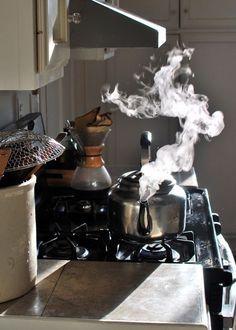 Sáng dậy bật bếp, đun nước pha cà phê, pha trà, thong thong, thả thả, tĩnh tĩnh không hư ... Khói nước như vân vụ, mờ mờ lặng khói sương ! Cuộc đời vốn không cần phong ba ... Mà cứ phải phong ba !