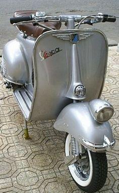 arg Moto Vespa, Piaggio Vespa, Vespa Scooters, Vespa Ape, Lambretta Scooter, Motor Scooters, Vespa Vintage, Vintage Cars, Objets Antiques