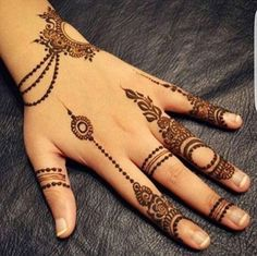 Simple Mehendi designs to kick start the ceremonial fun. If complex & elaborate henna patterns are a bit too much for you, then check out these simple Mehendi designs. Finger Henna Designs, Mehndi Designs 2018, Mehndi Designs For Girls, Modern Mehndi Designs, Mehndi Design Pictures, Mehndi Designs For Fingers, Beautiful Henna Designs, Henna Tattoo Designs, Mehandi Designs