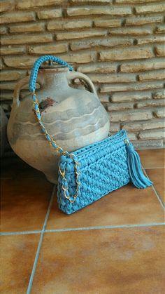 Crochet O Ganchillo: AZUL COMO EL CIELO DE VERANO ES EL BOLSO DE TRAPILLO A CROCHET