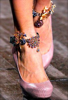 mademoisellefashionn:  color-junkie:  Nina Ricci F/W 2012  Bonjour, nous sommes Katarina et Violeta. Nous adorons la mode.