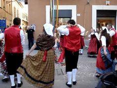 """Il Poeta Silvano Toscani sfila con il gagliardetto """"Laccio d'amore"""" di Penna Sant'Andrea il giorno 05.06.2010 alla partecipazione """"SHOP ART"""" in via G. D'Annu..."""