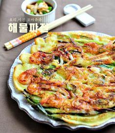 바삭하고 고소한 해물파전 만드는법 비가 주르륵 주르륵 내리는 날에는 역시 부침개가 최고네요. ... Food Design, Korean Food, Korean Recipes, Kimchi, No Cook Meals, Food Photo, Vegetable Pizza, Quiche, Menu