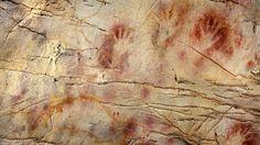 """Vor mindestens 40.800 Jahren malte ein Steinzeitkünstler eine rote Scheibe an eine Wand in der Höhle von La Castillo in Spanien. Es ist die älteste bislang bekannte Zeichnung der Welt. Doch malte hier einer der ersten Vertreter des """"Homo sapiens"""" in Europa? Oder hinterließen bereits die Neandertaler Höhlenbilder?"""