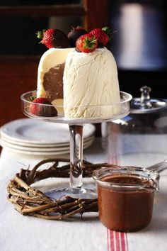 Ice cream cake with Chocolate-dipped strawberries and Chocolate-nougat sauce Gourmet Recipes, Sweet Recipes, Dessert Recipes, Dessert Ideas, Dinner Recipes, Delish Cakes, Delicious Desserts, Yummy Food, Meringue Cake