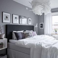 Schlafzimmer In Grau Weiss Mit Kuschligen Decken Und Bildern Uber Dem