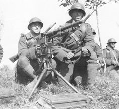 The 8mm Hotchkiss Modèle 14 saw service in the French Army during the Great War and it was still the standart machine gun in 1940. Although a sturdy and efficient weapon it lacked punch.
