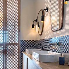 Lumière du sud dans la salle de bains parentale. La porte en moucharabieh de bois, les carreaux en zelliges ont été réalisés sur mesure par Les Ateliers Zélij à Toulouse.