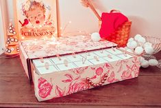 DIY Calendrier de l'Avent Sezane - Les Mamans Winneuses Cute Diys, Toy Chest, Easy Diy, Toddler Bed, Home Decor, Pom Poms, Knot Cushion, Fleece Jackets, Christmas Stuff