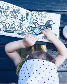 Juuuj toto je paráda! 🤩Nechajte svojho drobca vyšantiť s týmito knižkami, ktoré sa pri kontakte s vodou zafarbia ako omaľovánka. 💦 Knižky…