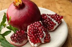 Pomegranate Benefits for Health There are many ways to avoid chronic disease, in addition to routine morning run. One of them could eat a pomegranate after . Pomegranate How To Eat, Pomegranate Benefits, Pomegranate Juice, Zinc Rich Foods, Nutrient Rich Foods, Grenade, Healthy Hair Growth, Best Fruits, Calories