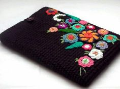 Crochet IPad cover - Picture only, nice idea. Crochet Books, Love Crochet, Crochet Crafts, Crochet Flowers, Crochet Projects, Knit Crochet, Crochet Ipad Cover, Crochet Phone Cases, Crochet Pouch
