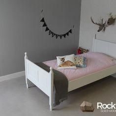 Prachtig juniorbed in massief grenen en dekkend wit.  Dit luxe bed wordt met de hand gemaakt en heeft een ambachtelijke afwerking.  Het bed wordt inclusief lattenbodem geleverd.  Volwassen afmetingen, uw kind kan er jaren mee vooruit.  De matras kan apart bijbesteld worden in de maat 90x200cm.