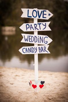 Holzschild als Wegweiser bei der Hochzeit und als Deko / Wood Wedding Sign. Foto: Loboda Dmytro / Shutterstock