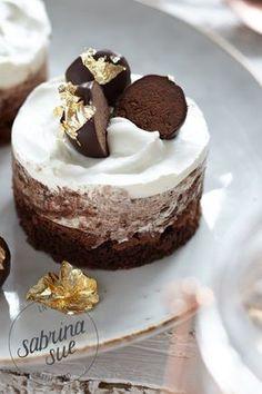 Brownie Törtchen mit Schokoladen Mousse und Schokoladen Pralinen Kugeln :)