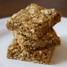 Pin for Later: DIY Granola Bars That Don't Taste Like Cardboard Almond Oatmeal Protein Bars What makes it tasty: Almond, coconut, and maple come together for a comforting, filling bar. Get the recipe: almond oatmeal protein bars Breakfast Desayunos, Protein Packed Breakfast, Breakfast Recipes, Breakfast Ideas, Breakfast Parfait, Oatmeal Breakfast Bars, Breakfast Cookies, Gluten Free Oatmeal, Gluten Free Protein Bars