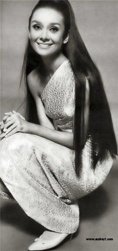 She looks INCREDIBLE with long, loose hair!Audrey Hepburn in Givenchy - 1964 - Vogue - Photo by Sir Cecil Beaton Style Audrey Hepburn, Audrey Hepburn Pictures, Katharine Hepburn, Divas, Timeless Beauty, Classic Beauty, Hollywood Glamour, Old Hollywood, Vintage Beauty