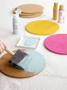 Painel de Cortiça - Passo 1 - Corte vários círculos de cortiça, do mesmo tamanho e pinte alguns deles com tinta acrílica.