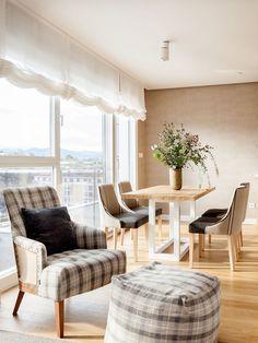 """Este proyecto es un claro ejemplo de la expresión """"a medida"""". En el salón, la mesa, las tapicerías y los apliques están diseñados con las mismas tonalidades. La librería es una mezcla de mueble de carpintería y de obra que se adapta perfectamente a gustos y funcionalidad de los propietarios. Decoración interiorismo en Vizcaya. Dining Bench, Curtains, Instagram, Furniture, Home Decor, Dining Room, Kitchen Tables, Dining Table, Interiors"""