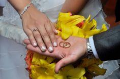 Mostrando las argollas de matrimonio. #FotografoBodasCali  #FotografiaBodasCali #FotografoMatrimoniosCali
