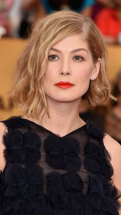 Rosamund Pike, nominated for her role in Gone Girl, was glowing on the SAG Awards red carpet. We loved her whimsical Dior gown and her makeup even more. Rosamund Pike, Hair Inspo, Hair Inspiration, Celebrity Makeup Looks, Get The Look, Dream Hair, Bob Hairstyles, Beauty Women, My Hair