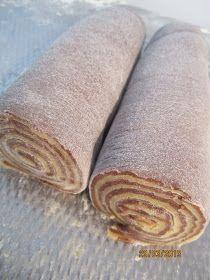 De voorbereiding van ; Kuping Gajah. Het zijn gefrituurde, knapperige Molukse koekjes in de vorm van een olifanten oor. Kuping = Oor Ga...