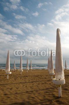Il sole è sorto sugli ombrelloni ancora chiusi © Pietro D'Antonio