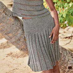 Очень красивая юбка на гладкой кокетке привлекает внимание фальшивыми складками