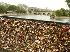 Puente con candados en el Sena. Paris Street, Dolores Park, Christmas Tree, France, Holiday Decor, Travel, Locks, Bridges, Rome