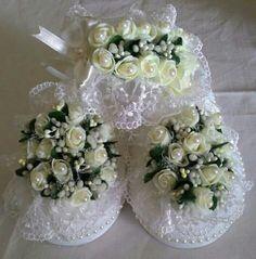 Beyaz çiçekli lohusa terliği ve taci