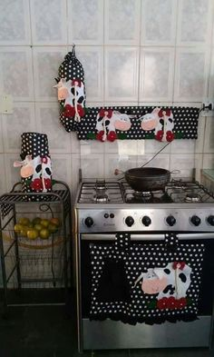 Puxa saco , capa da tampa do fogão, capa de liquidificador e protetor da porta do forno tema vaquinha. Valor , 120 reais